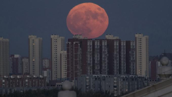 La Lune au dessus de Pékin en Chine