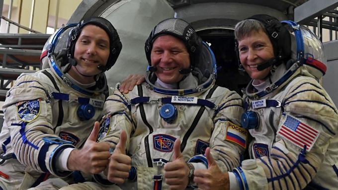 Thomas Pesquet, le Russe Oleg Novitsky et l'Américain Peggy Whitson.