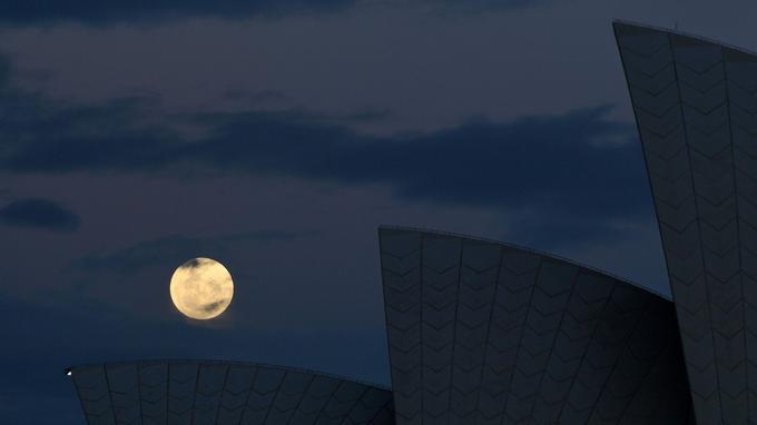 La super lune vue de Sydney, au dessus de l'opéra.