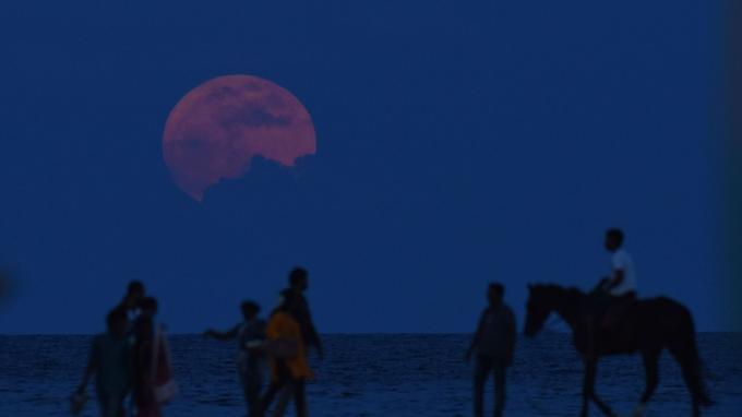 La super lune vue d'une plage indienne.