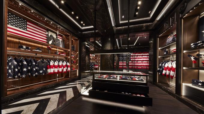 Vestes matelassées, pull-overs et accessoires reproduisant les rayures et les étoiles du drapeau américain dans la nouvelle boutique Moncler à New York, la 187e dans le monde.