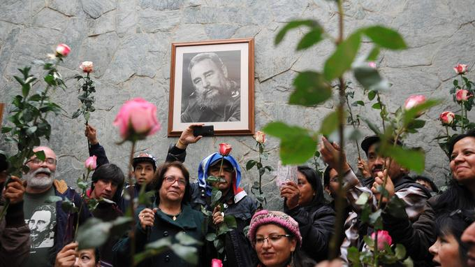 Des Cubains se sont rassemblés autour d'un portrait de Castro, roses à la main, pour lui rendre hommage.