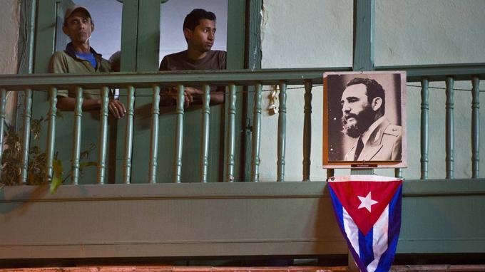 Certains ont accroché à leurs balcons drapeaux et portraits de l'ancien président après l'annonce de son décès.