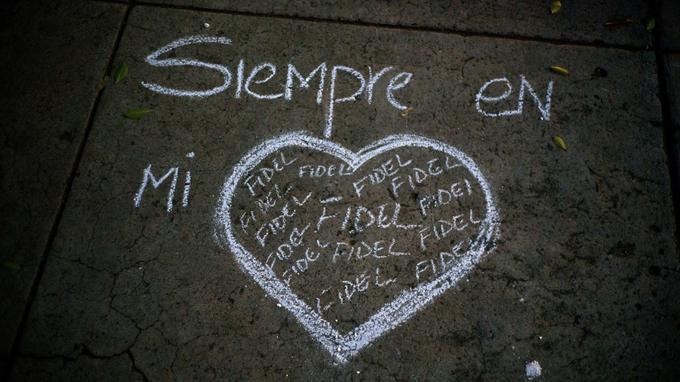 Sur le sol de l'université où Castro avait étudié le droit, des messages d'hommages ont été écrits à la craie.