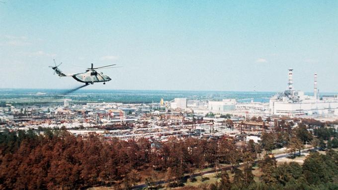 Un hélicoptère de l'armée russe lache un produit supposé réduire les radiations au dessus de Tchernobyl.
