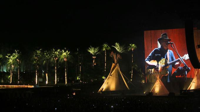 Neil Young a offert au public un concert puissant et quatre nouvelles chansons.