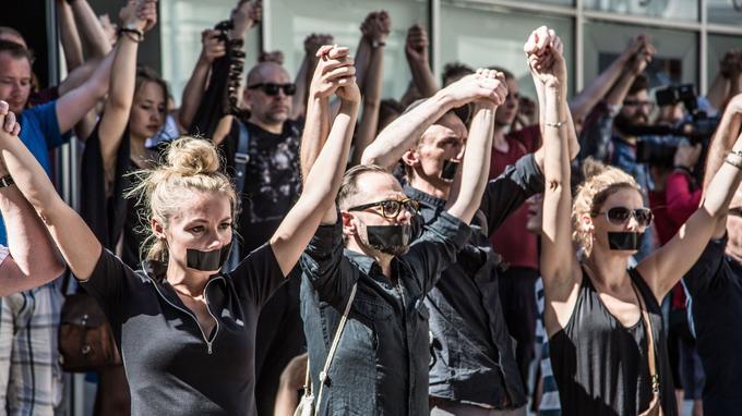 Cet été, devant le théâtre de Wroclaw, en Pologne, les comédiens manifestaient déjà.