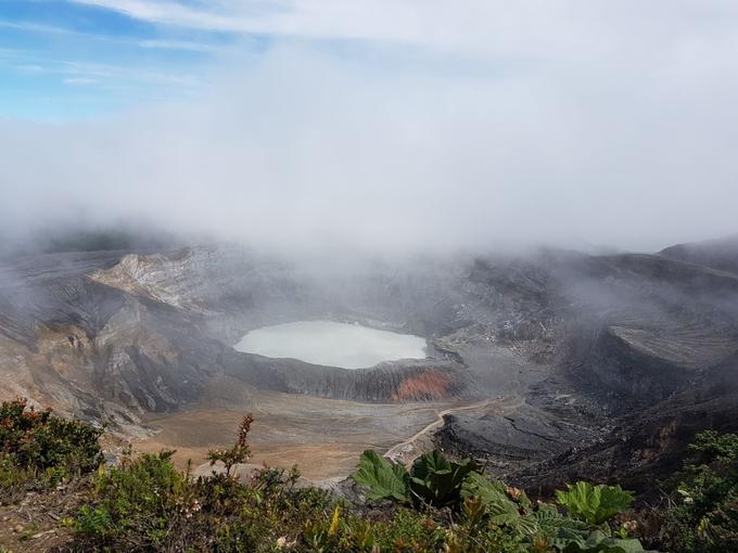 La brume flotte toujours au dessus du volcan Poas.