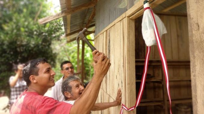 Une famille de producteurs péruviens inaugurant leur nouvel atelier de séchage de latex. (Crédit photo: DP Piola)