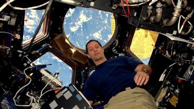 «L'ISS est géniale, encore mieux que dans mes rêves ! J'aimerais que tout le monde ait la chance d'aller dans l'espace!», écrit Thomas sur les réseaux sociaux en accompagnement de son premier «selfie» spatial.