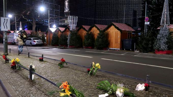 Des bougies et des fleurs sont déposées à proximité du lieu de l'attaque, sur la Breitscheidplatz près de l'artère chic Kurfuerstendamm.