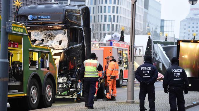 Un véhicule s'apprête, mardi matin, à remorquer le camion qui a servi à l'attaque sur le marché de Noël.