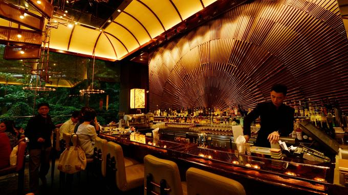 Au Ammo Café, le rendez-vous des gourmets à la recherche d'une cuisine inventive dans une déco «vernienne» chic et métallique.
