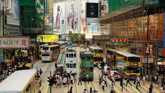 Le ballet des trams et des piétons dans le quartier commerçant de Causeway Bay.