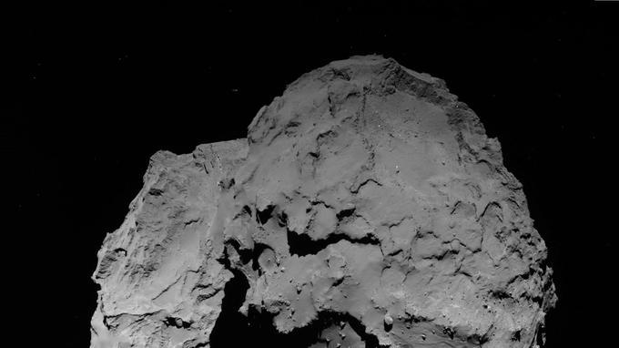 Dernière vue d'ensemble de la comète 67P Tchourioumov-Guérassimenko, à 22 km, jeudi après-midi, avant le grand plongeon qui se terminera par le crash de Rosetta, sur la «tête» de l'astre, le lendemain, vendredi 30 septembre à 12h39.
