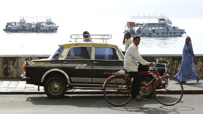 Un taxi ancien modèle face au golfe d'Oman.