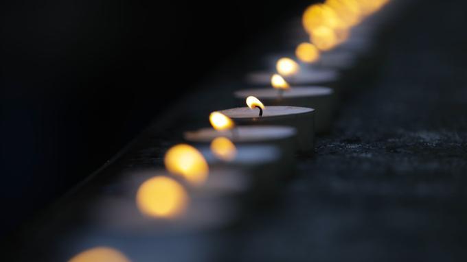Des bougies ont été déposées devant le siège des chœurs de l'Armée rouge à Moscou.