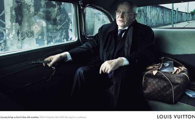 Publicité Louis Vuitton de 2007 réalisée par la photographe Annie Leibovitz, autour du thème du voyage. Le cachet de la campagne a été remis à la fondation Gorbatchev.