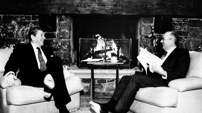Reagan et Gorbatchev plaisantant au coin du feu, signe d'un rechauffement des relations internationales et du début de la guerre froide.