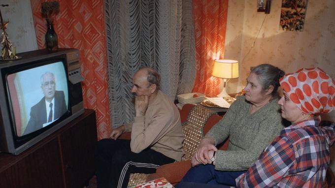 Une famille russe regardant à la télévision en direct le renoncement de Gorvatchev le 25 décembre 1991.