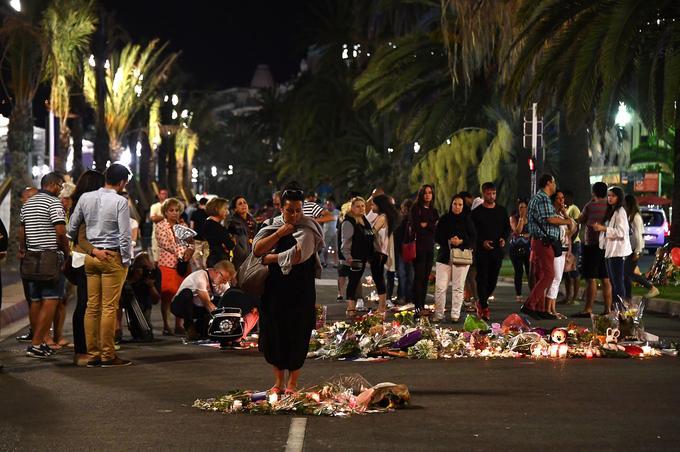 La Promenade des Anglais dans la nuit du 16 au 17 juillet, deux jours après l'attentat.
