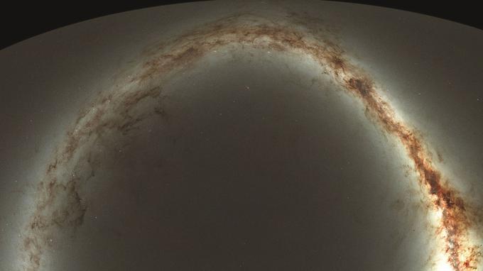 Aperçu du ciel de l'hémisphère nord, vu depuis Hawaï par le programme d'observation Pan-STARRS1. La projection des images sur une surface plane fait apparaître la Voie Lactée comme un grand arc lumineux. (Cliquer pour agrandir).