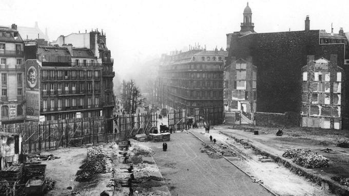 Le boulevard Haussmann dont les travaux de percement ont été entamés en 1857, s'achève encore sur une palissade en 1910.
