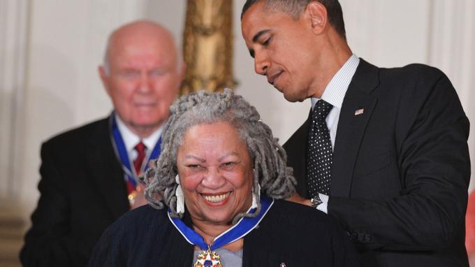 Le président américain Barack Obama remet la médaille présidentielle de la liberté à Toni Morrison lors d'une cérémonie le 29 mai 2012.