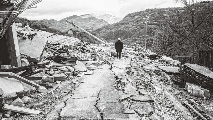 Le maire d'Arquata del Tronto, Aleandro Petrucci, au milieu des ruines de son village. Il a convaincu l'entrepreneur Diego Della Valle d'acheter un terrain non loin pour y construire une usine.