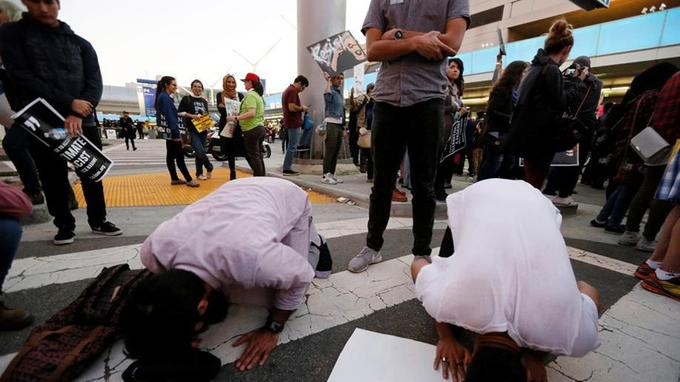 Prières lors d'une manifestation contre le décret de Donald Trump à l'aéroport international de Los Angeles, le 29 janvier.