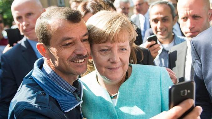 Angelak Merkel avec un demandeur d'asile, en septembre 2015. La chancelière allemande avait massivement ouvert son pays aux réfugiés cette année-là.