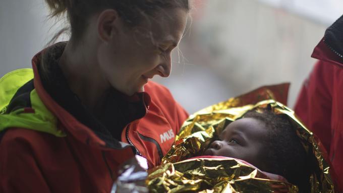 Une volontaire de l'ONG Proactiva, après avoir sauvé un bébé.
