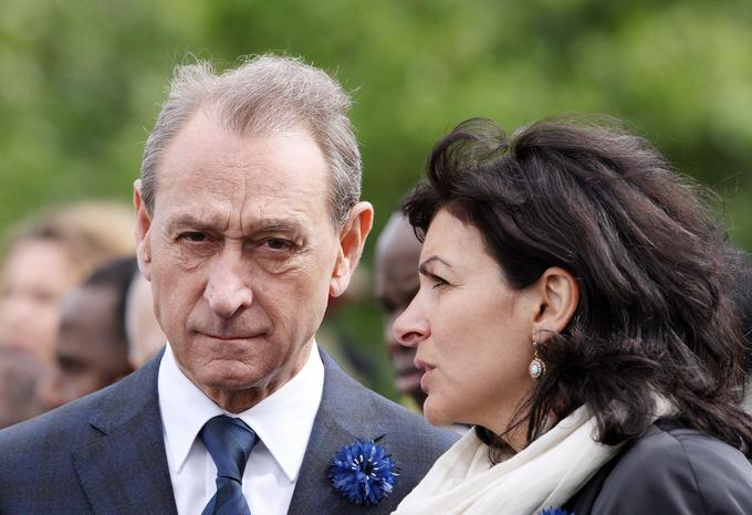 Le 8 mai 2007 aux Champs-Elysées à Paris, lors de la cérémonie marquant le 62e anniversaire de la défaite nazie lors de la Seconde Guerre mondiale, Anne Hidalgo alors maire adjointe de Paris, se tenait aux côtés de Bertrand Delanoë maire de Paris.