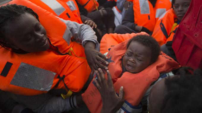 Sabine, une mère Ivoirienne, et Oulai Esther, son bébé de deux ans, ont été secourus par les sauveteurs.