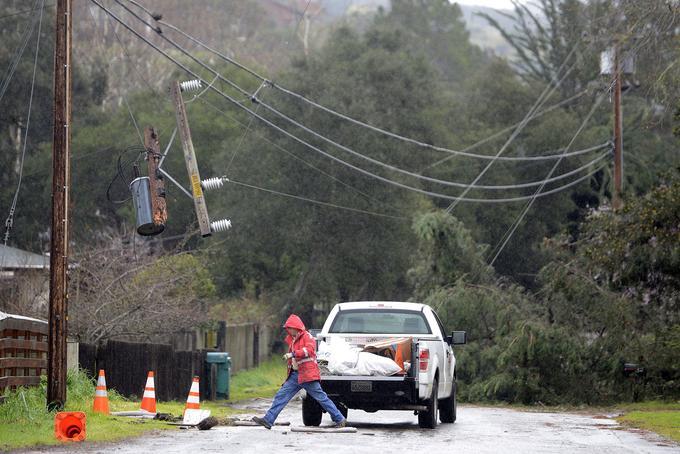 À Salinas, l'effondrement d'arbres endommage le réseau électrique.