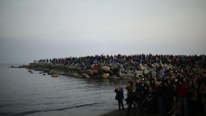 La manifestation s'est terminée au bord de la Méditerranée, où beaucoup de réfugiés ont péri en tentant de rejoindre l'Europe ces dernières années.