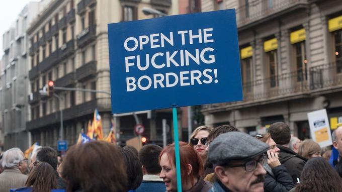D'autres pancartes encouragent vigoureusement à ouvrir les frontières.