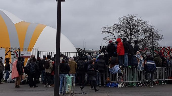 Dès le lever du jour, les migrants s'agglutinent devant le centre d'hébergement parisien pour espérer y trouver une place. Crédits photo: A. L. Frémont