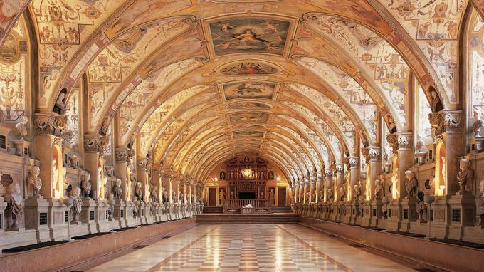 La galerie des Ancêtres du Residenz, l'un des plus grands palais royaux d'Europe. Actuellement, 142 de ses pièces sont ouvertes à la visite.