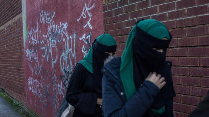 Uniforme à la mode islamiste pour ces collégiennes.