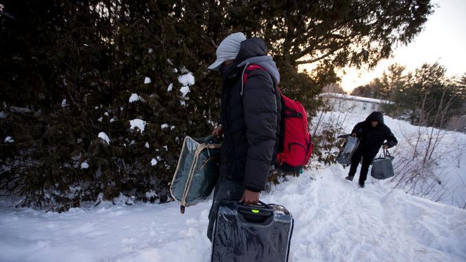 Une famille originaire du Yémen traverse la frontière à Hemmingford, au Québec, le 14 février.