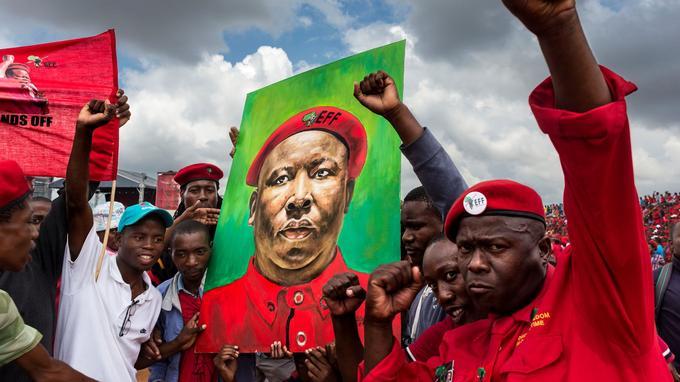 Rassemblement des militants du parti Economic Freedom Fighters (EFF) à Johannesburg. Créé par Julius Malema, ce mouvement d'extrême gauche propage un discours radicalement anti-blancs.