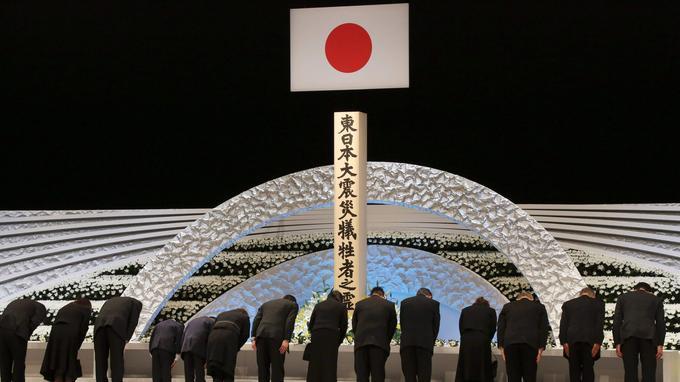 À Tokyo, les familles endeuillées s'inclinent devant l'autel en mémoire des victimes du tsunami de mars 2011 qui a conduit à la catastrophe de Fukushima. Plus de 18.000 personnes ont été tuées ou sont disparues.