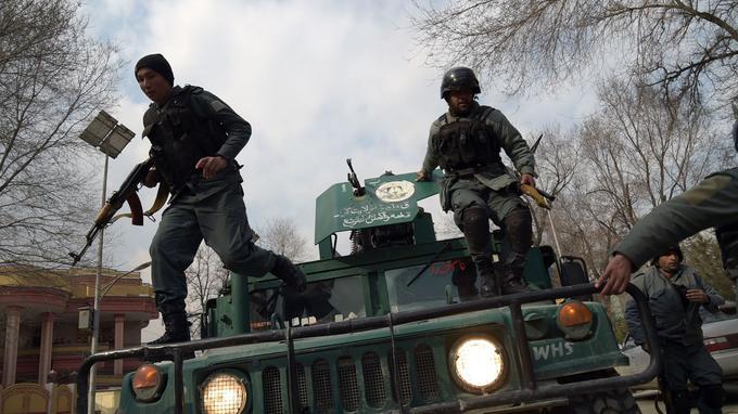 Des policiers afghans interviennent sur le lieu de l'assaut à Kaboul, le 8 mars.