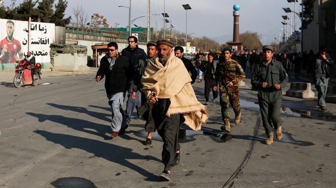 Des proches des patients et personnels médicaux arrivent à l'hôpital après la fin de l'assaut.