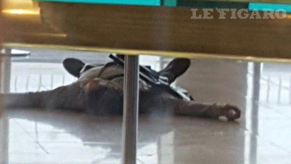 Notre image montre que l'homme s'est emparé du fusil de la militaire.