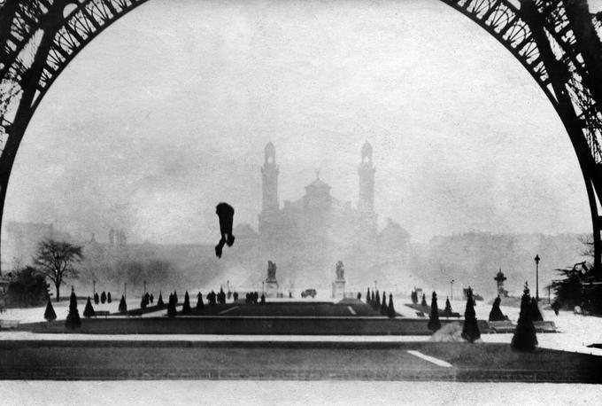 François Reichelt tombant de la tour Eiffel, en testant son habit parachute le 4 février 1912.