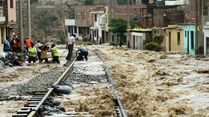 Une voie ferrée inutilisable en raison des inondations, à Chosica, à l'est de Lima, le 18 mars.