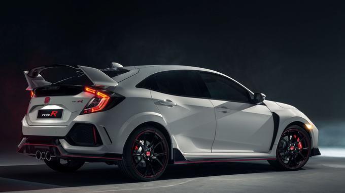 Les nombreux appendices aérodynamiques évoquent les voitures engagées en compétition.