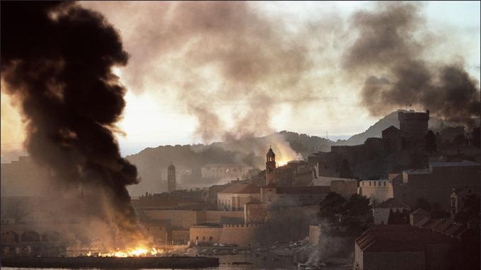 Des flammes et une fumée épaisse montent du port et de l'enceinte de la vieille ville de Dubrovnik le 12 novembre 1991 à la suite de lourds bombardements par l'armée fédérale yougoslave.